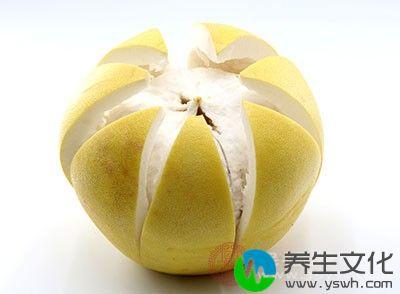 把柚子肉倒入已煮至透明状的柚子皮中