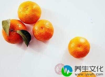 看看橘子蒂上的叶子,叶子越新鲜,也说明橘子越好