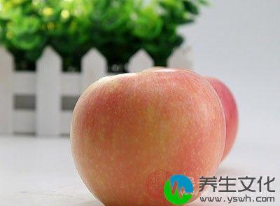 很多人晚上饿了习惯吃苹果